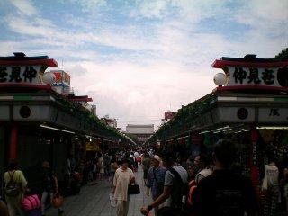 Nakamise adalah tempat yang baik untuk berbelanja oleh-oleh.