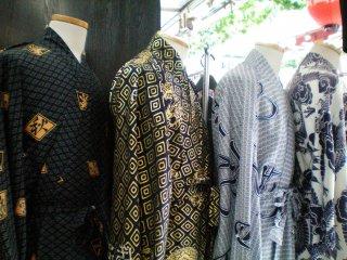 Membeli yukata untuk Anda sendiri sepanjang jalan perbelanjaan Nakamise.