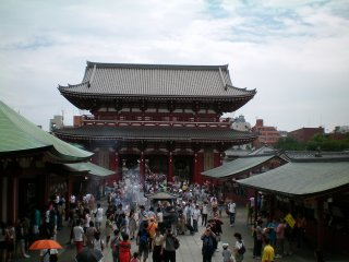 Kuil Sensouji biasanya penuh dengan orang-orang pada akhir pekan dan hari libur.