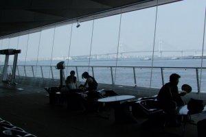 Вид на мост через залив Йокогамы из холла.