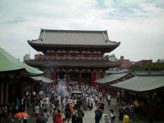 Sensoji Temple front gate rear view