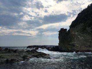 这里人烟稀少,看着海浪拍打在岩石上,它寂寥又壮阔,令人震撼。