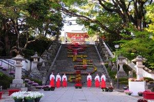 Going up the approach of Hofu Tenmangu Shrine