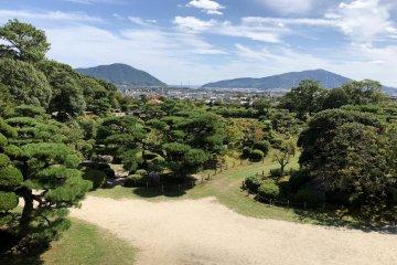 Enjoy seasonal view of Japanese garden!