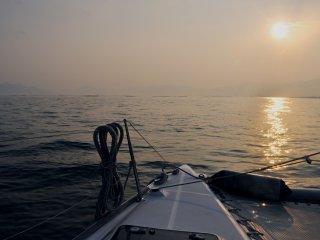 เรือออกจากฝั่งในช่วงยามเย็น เราจึงได้ชมพระอาทิตย์ตกดินเหนือทะเลในเซะโตะ