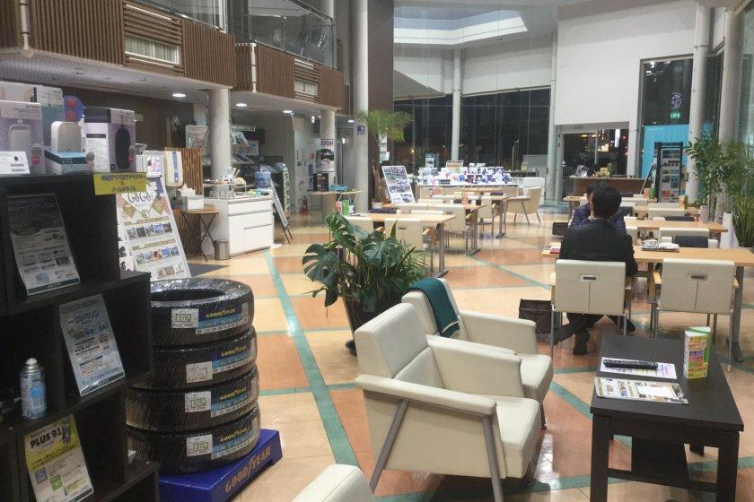 The lobby has a car-themed cafe feel to it.