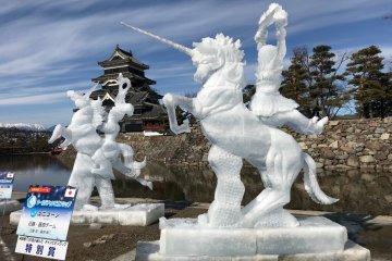 Ледяные скульптуры на фоне старинного замка выглядят потрясающе!