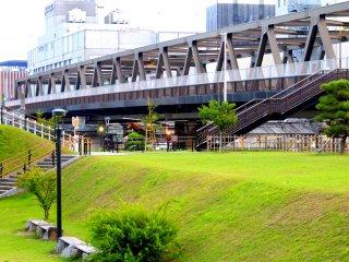 Quan sát gần hơn kết cấu kiến trúc của chiếc cầu với góc nhìn từ công viên.