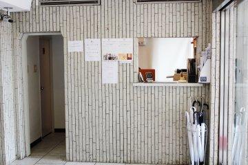 <p>El mostrador principal donde ser&aacute;s bienvenido por los recepcionistas y te alistar&aacute;n a tu cuarto</p>