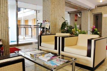 <p>El lobby cerca de la entrada: un agradable espacio donde puedes relajarte.</p>