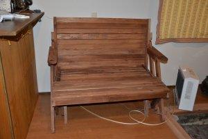 広げればキャンプテーブルチェアセットになる木製ソファ。これもオーナー手作り