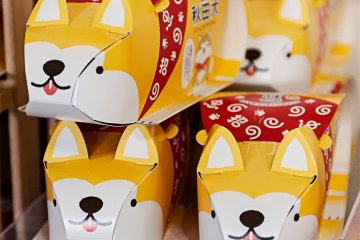 Treat your dog loving friends with the wide range of Akita dog souvenirs such as cookies, sweets and of course tee-shirts.