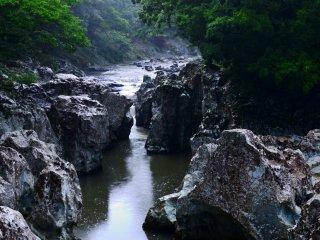 Sarutobi Sentsubokyo là một cụm đá được chế tác từ sông