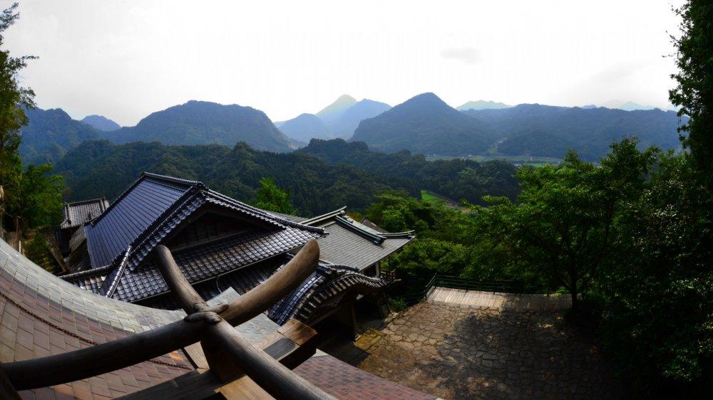 Khung cảnh của những ngọn đồi xung quanh từ đỉnh núi của đền Rakanji