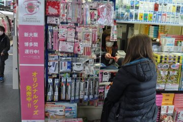 Hello Kitty Shinkansen: train-platform souvenir stand