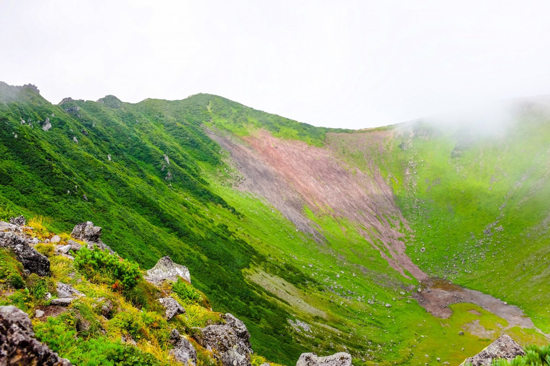 Гуляя вокруг кратера г.Ётэй, можно увидеть, как меняется местность