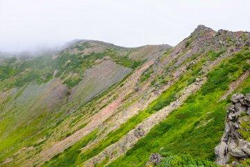 วิวของปล่องภูเขาไฟโยเทจะเปลี่ยนไปขณะคุณเดินรอบปากปล่อง
