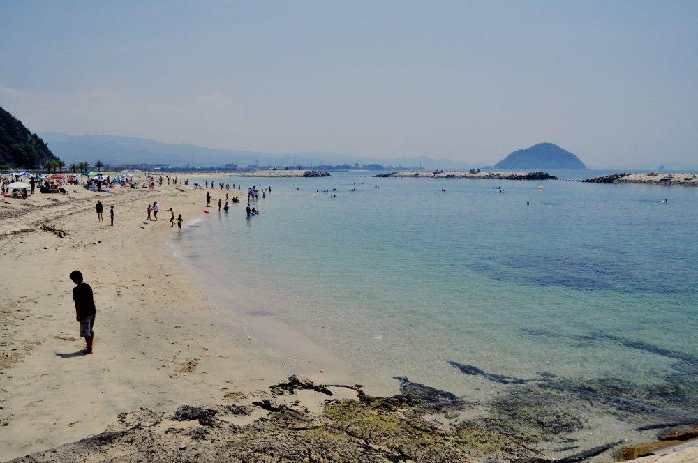 Bãi biển này, nằm ở phía nam thành phố, là một trong những bãi biển nổi tiếng nhất vào những tháng mùa hè.