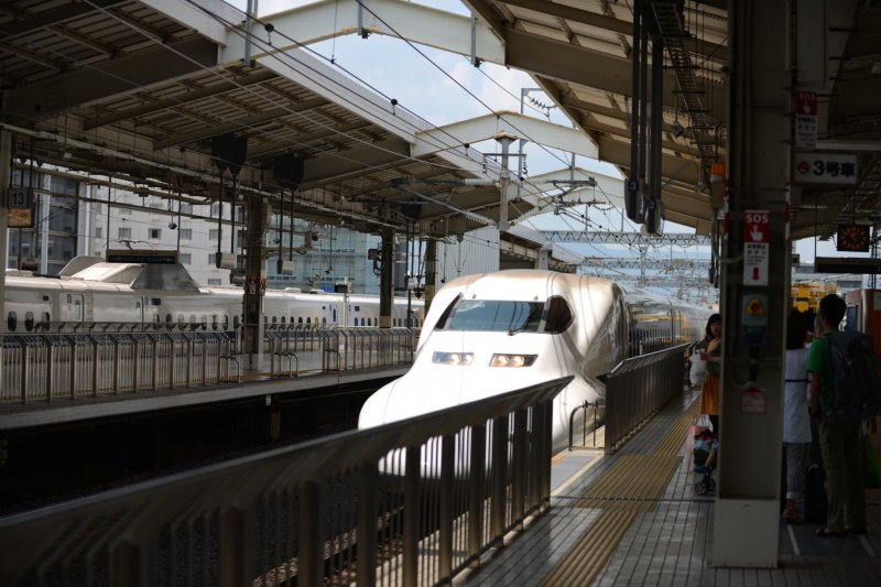 <p>ชินคันเซนหรือรถไฟหัวกระสุน</p>