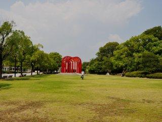 Có ba bảo tàng và hàng loạt các tượng điêu khắc ở nơi từng là những tòa tháp canh vững chãi