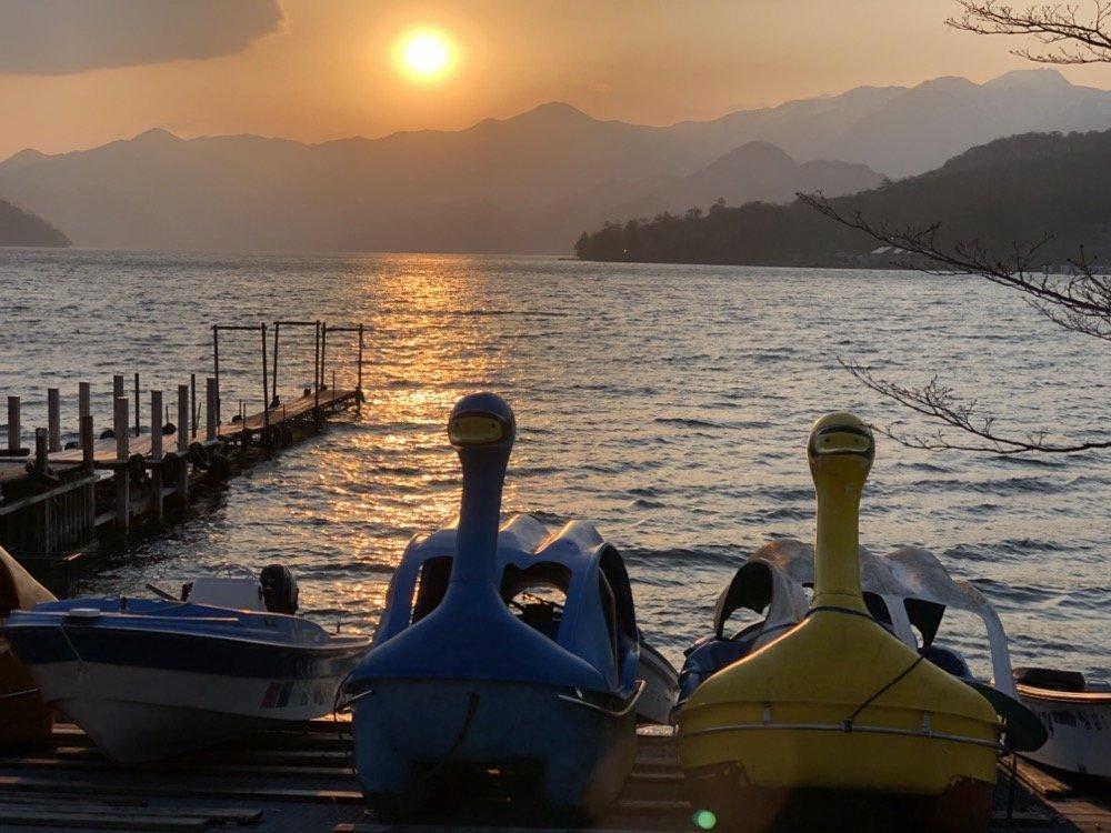 Le coucher de soleil du lac Chuzenji et les pédalos