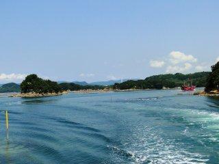 Un bateau de pirate dans les eaux du parc national de Kujukushima