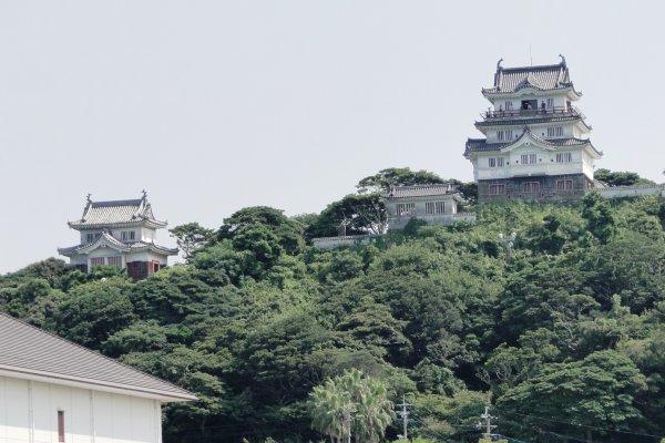 Замок Хирадо возвышается с холма над портом Хирадо