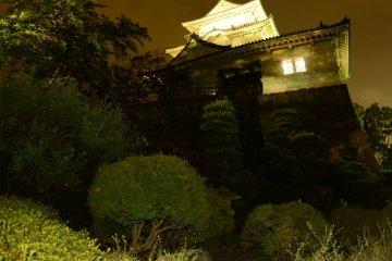 Замок Одавары ночью. Замок ночью подсвечен, но место может выглядеть слегка жутким!