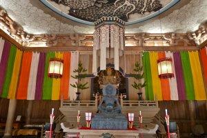 No interior da Sala Dharma