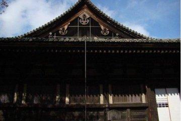 本堂的穹顶是典型的日本式建筑