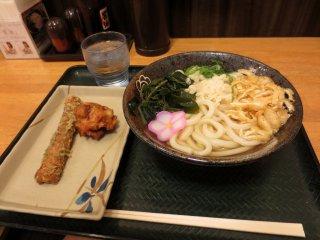 Menu dengan udon, karage dan chikuwa, harga kurang dari 500 yen.