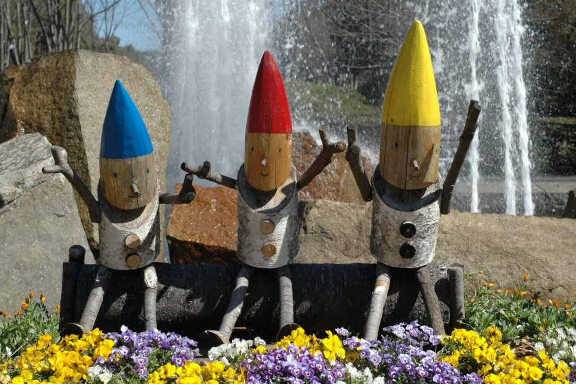 Woodland characters at the fountain at the entrance.