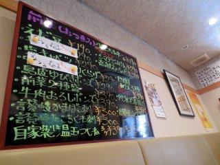 Thực đơn viết bằng tay đầy màu sắc và vui nhộn cùng khuyến mãi trên tường nhà hàng.