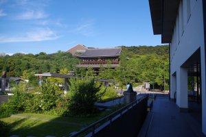 ทางเข้าโรงแรมชิออนอิน วาจุนไคคุนในฮิกะชิยะมะให้มุมมองวัดชิออนอินอย่างชัดเจน