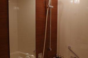 ห้องน้ำสไตล์ตะวันตกตกแต่งด้วยวัสดุธรรมชาติอย่างไม้และการออกแบบอย่างสวยงาม