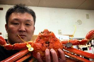 オーナー、茨田卓也さんと、福井味覚の代名詞「越前がに」
