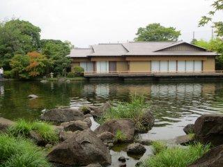 Genshinan reflected into the pond in Heisei Garden