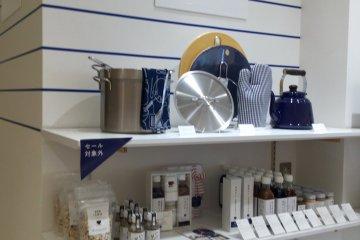 Blue and white ware, signature Harumi