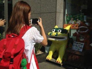 韓国人留学生の二人は沖縄に旅行に行きたいということで、お店の沖縄らしい外装や商品に興味津々