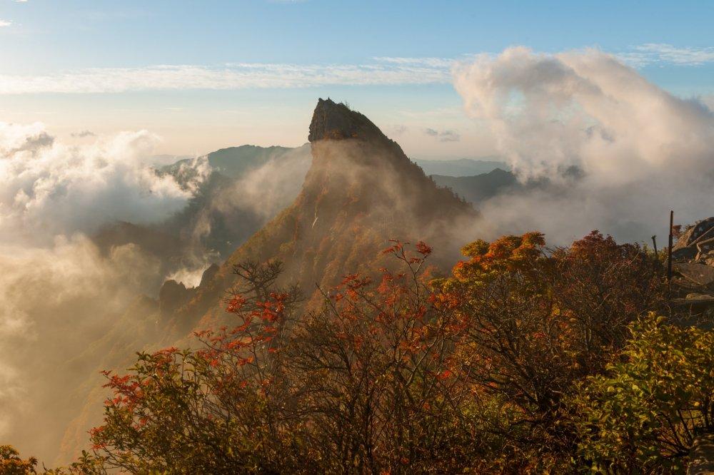 待ち遠しかった霊峰、立ち込めた雲海が風にひかれ徐々にその姿が浮かび上がって来た