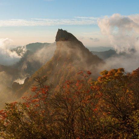 霊峰石鎚山の燃える紅葉