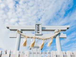 朝日が射した石鎚神社頂上社が一際輝く