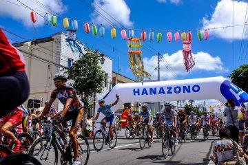 ปีนี้งานเทศกาลยังเป็นจุดออกตัวการแข่งจักรยานปีนขึ้นภูเขาฮานะโซโนะ