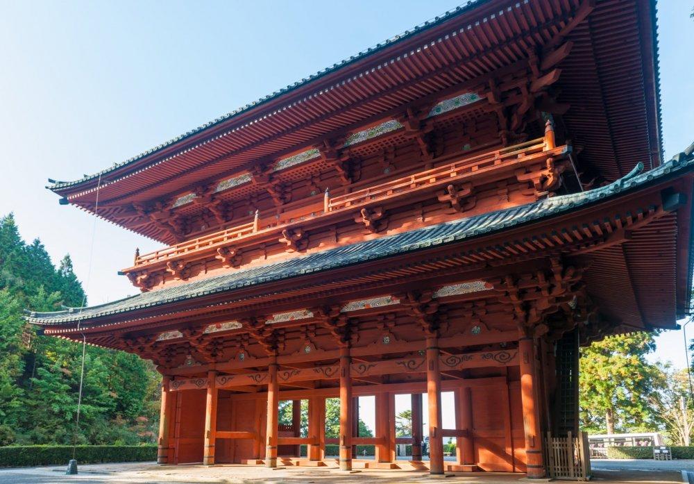 高野山の総門である大門。結界のシンボルで左右に金剛力士像が安置されている