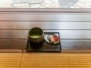 瑠璃の庭を愛でながら頂く抹茶