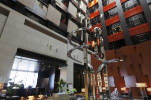 السقف في بهو الفندق فسيح ويصل إلى 7 طوابق عالية
