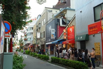 A long queue outside a palm reading shop was unusual, but with the reduced price of only 995 yen per reading, the long line is understandable