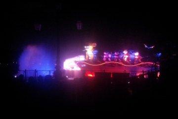 야간에 펼쳐지는 메인 퍼레이드.