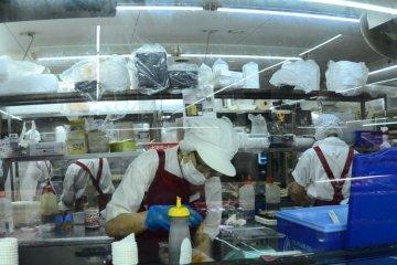 <p>สามารถมองเห็นเหล่าพ่อครัวซูชิกำลังเตรียมทำอยู่ในครัวเลย</p>