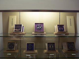 Не только мечи были в продаже, так же можно было приобрести Tsuba (защищающие кисти рук, ограничители для мечей). На выставке были некоторые невероятно дорогие экземпляры.